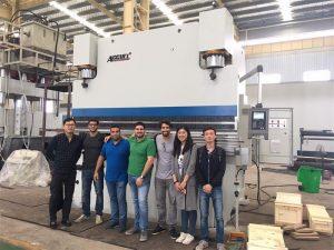 Klienci z Brazylii odwiedzają fabrykę i kupują prasy krawędziowe