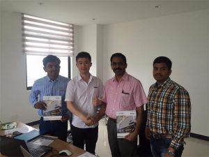 Klienci ze Sri Lanki rozmawiają o technologii z Mr.Tai w naszym biurze
